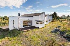 Nyoppført enderekkehus med integrert garasje like v/ Storebø sentrum. Lave omkostninger.