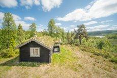 Sjarmerende og usjenert hytte med fin utsikt i Aumdalen. Stor tomt!