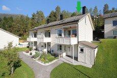 VISNING SØNDAG 28/9! Innholdsrikt enderekkehus på Viebøen m/ utsikt, 3 soverom, 2 stuer & carport.