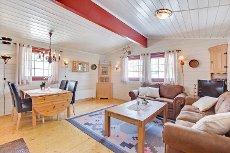 Blefjell-Koselig hytte med 4 sov. 2 stuer.Innlagt strøm.Bilvei frem. Ca. 1 km fra Blestølen dagligvare.