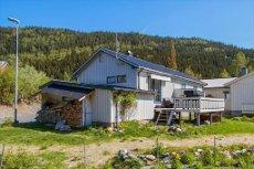 BUD MOTTATT! Kjedet enebolig med garasje og innredet kjeller på eiet tomt i hyggelig boligområde på Skjervengan