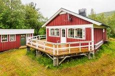Øresvik - Hytte med anneks, naust og båtplass. Innlagt strøm, vann og sanitær.