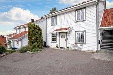 Nøtterøy/Hellalia - Lys og lettstelt eierleilighet beliggende i 1. etg med solrike uteplasser og hagedel.