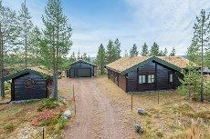 FURUTANGEN ØST: Pen, velholdt og sjarmerende hytte i herlige Furutangen med garasje og stor tomt.