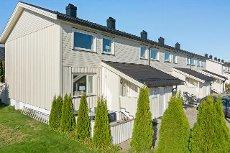 Bugården - Innholdsrikt enderekkehus med ny kledning/vinduer. Flott nyere kjøkken.