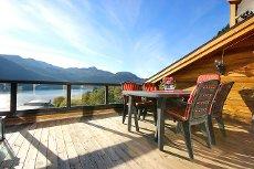 VISNING 27/10 kl. 17:00! Renovert 4-roms rekkehusvære med garasje, utsikt til Førdefjorden og sol hele året!