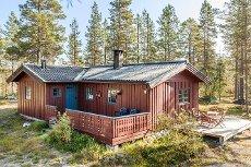 ENGERDAL: Hyggelig familiehytte m/3 soverom. Innlagt strøm og bad m/toalett og dusj. Gode jakt- og fiskemuligheter.