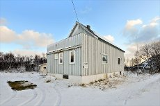 Stor eiendom med eldre fritidsbolig og uthus. Eget masseuttak - jakt og fiskerett.