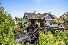 Kastet/Busk - Solrik, høytliggende og stilfull villa med utsikt. Innholdsrikt. Gangavstand til sjøen.