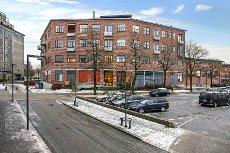 BUD MOTTATT ! Eierleilighet midt i sentrum. 2 soverom, balkong, takterrasse, garasjeplass.