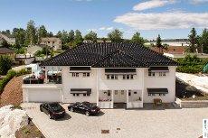 Lørenskog, Kjenn. Eksklusiv og innholdsrik eiendom (383 kvm brutto). Attraktivt v/Langvannet, solrikt og med utsikt.