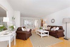 Pent beliggende bolig på en flate med koselig uteområde og garasje! DES-klubben!