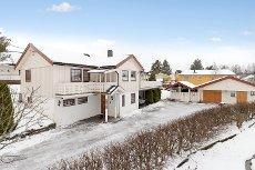 RUNNI NORDRE: Koselig og innholdsrik enebolig med garasje - Store, solrike terrasser - Ildsted - Sentral beliggenhet!