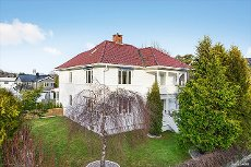 Nær sentrum og Hauan/Virik - Stor vakker villa nær sentrum med dobbel garasje. Stort loft med innredete rom og bad. Idyllisk uteplass i bakhagen