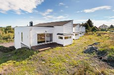 Nyoppført enderekkehus med integrert garasje, like v/ Storebø sentrum. Lave omkostninger.