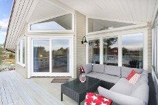 GJERNES - RISØR - Nyere lekker hytte, attraktivt beliggende med god havutsikt og sol fra tidlig morgen til sen kveld.