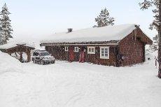 Voss/Brandsetdalen- Meget sjarmerende laftet hytte med grindbygg. Eiendommen har god standard.
