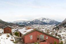 Einebustad med flott utsikt i Holten i Førde