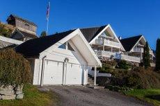 VISNING: Torsdag 12.3 kl 16.30-17.15. VELKOMMEN! Einebustad med utsikt og garasje.Flott beliggenhet! Myklebuståsen - Eid