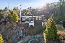Krok - Svelvik - Koselig hytte med flott utsikt. Nær sjøen. 2 nye bad. Stor terrasse. Barnevennlig. Gode solforhold.