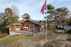 Høyt beliggende utsiktsperle på Asnesåsen med sol fra morgen til sent på kveld. Eiertomt på 1.119 kvm. samt båtplass