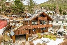 Romsleg einebustad med 5 soverom, carport og stor veranda med fjordutsikt. Fellesvising tysdag 17. mars kl 16:30 - 17:30