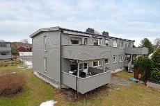 Åbol/ Mosserød- Lys, flott leilighet med 3 soverom samt nyere kjøkken og bad. Garasje i rekke. Solrik veranda!