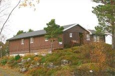 NY PRIS !! Stor hytte med flott utsikt nært sjøen i Årsund. Båtplass følger med.
