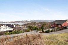 Attraktiv og sentral tomt i Florvåg med rammetillatelse. Tomt med kjempefin utsikt over sjø, byfjorden og Bergen by.