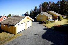 HAUKERØD - Innholdsrik enebolig med godkjent utleiedel. Dobbel garasje, solrikt og særdeles barnevennlig.