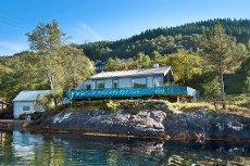 Attraktiv hytte med nøst og kai. Under en times kjøretur fra Bergen.