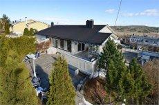 Stor vertikaltdel bolig med 3 stuer, 3 ildsteder, utsikt og garasje. Beliggende i attraktivt og barnevennlig område.