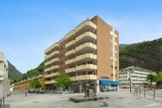 Lekker 4-r. leilighet med heis og altan. Oppusset i 2015. Sentral og attraktiv beliggenhet midt i Dale Sentrum.