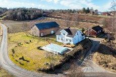Tidligere gårdsbruk i hjertet av Brunlanes med bryggerhus, låve og utendørs basseng - ikke boplikt