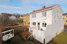 BUD INNKOMMET. Bugården- Flott vertikaldelt tomannsbolig, sentrumsnært og tilbaketrukket.