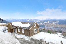 Lekker hytte med fantastisk beliggenhet og panoramautsikt. 3 soverom og stor hems.