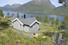 Hytte med anneks i et etablert hyttefelt med opparbeiet marina og badestrand.