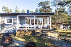 Koselig hytte i skoglysning, 1,5 km fra sjøen - Manstad