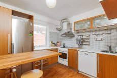 Sentrum - Pen to-roms. Fint bad og kjøkken. Balkong med sjøutsikt. Fyring og varmtvann inkl. i fellesutgifter.