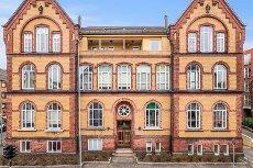 Sentrum - Klassisk 2 (3) roms, Høy 1.etg. Flott takhøyde, høye vinduer. Staslig bygg m/garasje.