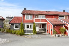 VESTBY - SOLE SKOG - Lekker 4-roms påbygget selveierleil. i 4-mannsbolig med peis, terrasse, hage og bilsppst.plass.