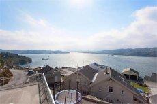 Meget solrik beliggenhet med panoramautsikt over skipsleden. Barnevennlig område.
