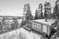 TYRIFJORDEN/ HOLE - Vestvendt og pent holdt hytte med gode solforhold og nydelig utsikt over Tyrifjorden