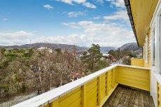 Eidsvåg - Moderne selveierleilighet over to plan. Parkeringsplass. To terrasser med gode sol- og utsiktsforhold.