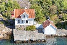Lillesand- Sørlandsperle på Ågerøya- beliggende rett i strandkanten i nydelige omgivelser- Stort bryggeanlegg og båthus