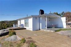VISNING 3/5 KL. 12 - Flott hytte på Langenes i etablert område - 2 båtplasser - kjørevei - badeplasser like ved