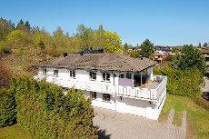 Stor og oppusset enebolig i Orerønningen/Evjeåsen - bl.a. 2 bad, stort kjk., 2 stuer, 4 s.rom - garasje og fjordutsikt