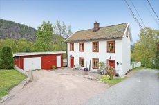 BERGER/ SVELVIK: Meget pen bolig beliggende ved Fossekleiva. Terrasse - garasje - kort vei til marka samt strand.