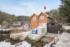 Egen holme, naust med brygge og parkeringsplass på fastland Våga - Ålfjorden