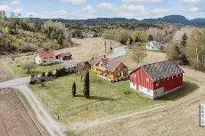 Hedrum- Fint beliggende småbruk/landbrukseiendom.Romslig våningshus med to leiligheter. Låvebygning.